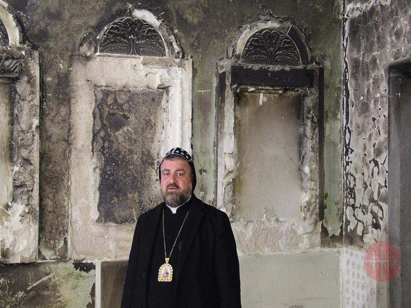 Siria monseñor Selwanos con iglesia destruida web