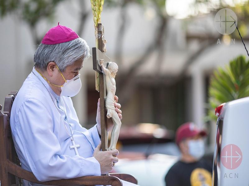 arzobispo villegas con mascarilla y cruz web