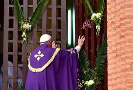 papa abre puerta santa en car