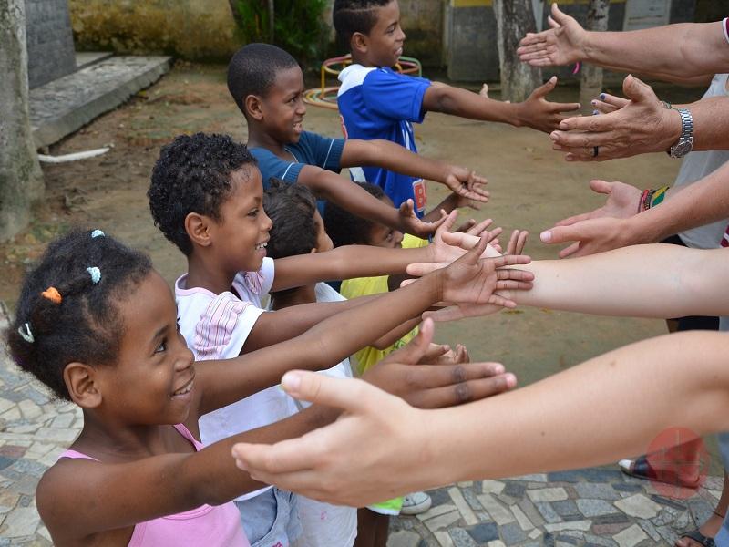 Brasil niños con sus manos estiradas web