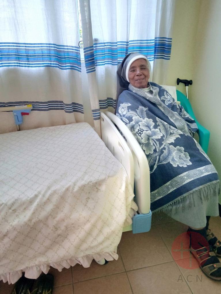 Etiopía religiosa junto a su cama
