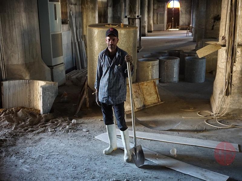Irak Karakosh iglesia destruida hombre barriendo web