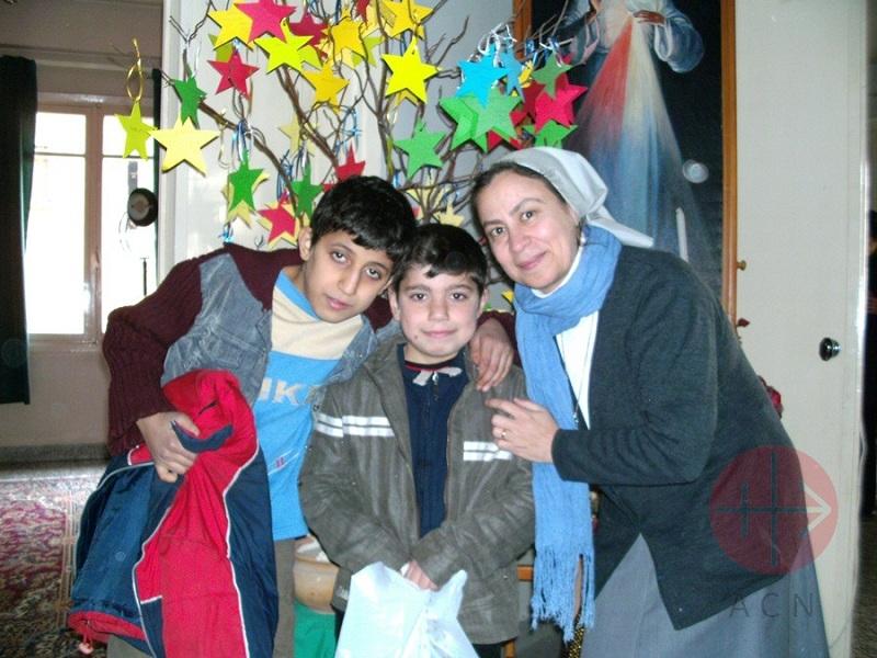 Siria Alepo 2 niños y religiosa con sus regalos web