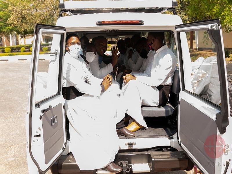 Zambia sacerdotes en vehículo web