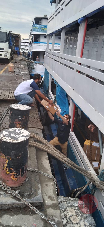 Brasil Manaos cargando lancha para llevar ayuda