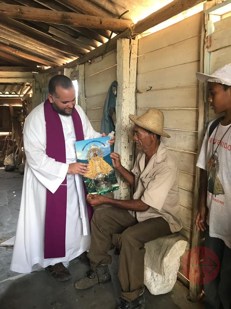 Cuba sacerdote con fieles proyecto mayo