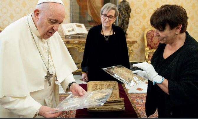 Irak presentan al Papa libro Sagrado de Karakosh recientemente restaurado