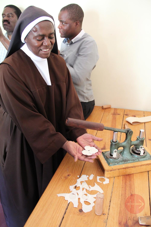 Malawi hermana fabricando hostias