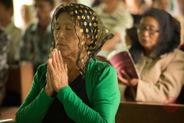 Myanmar mujer con velo rezando