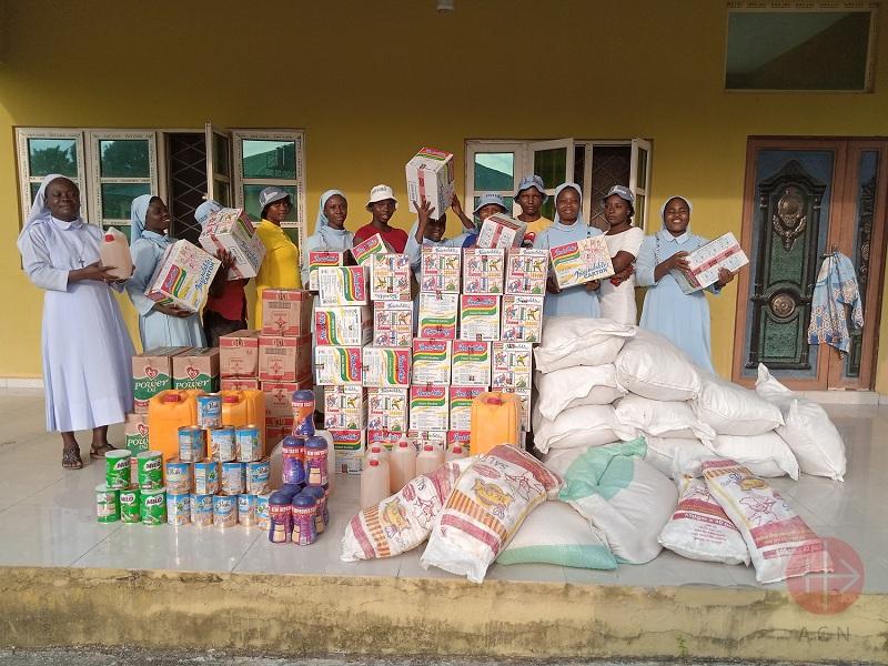 Nigeria religiosas de Bomadi recibiendo mercaderia web