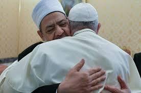 Papa Francisco abraza al iman en Abu Dhabi