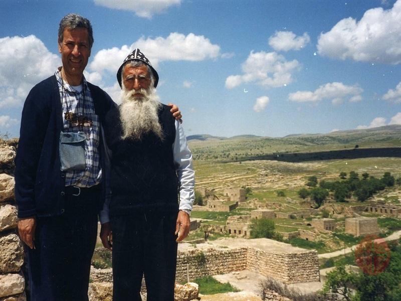 Turquía padre Andrea Sartoro con ruinas web
