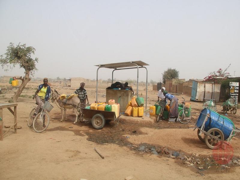 burkina faso mujeres van por agua web
