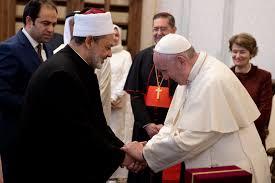 papa Francisco y el gran imán de Al Azhar Ahmed al Tayyeb dandose la mano