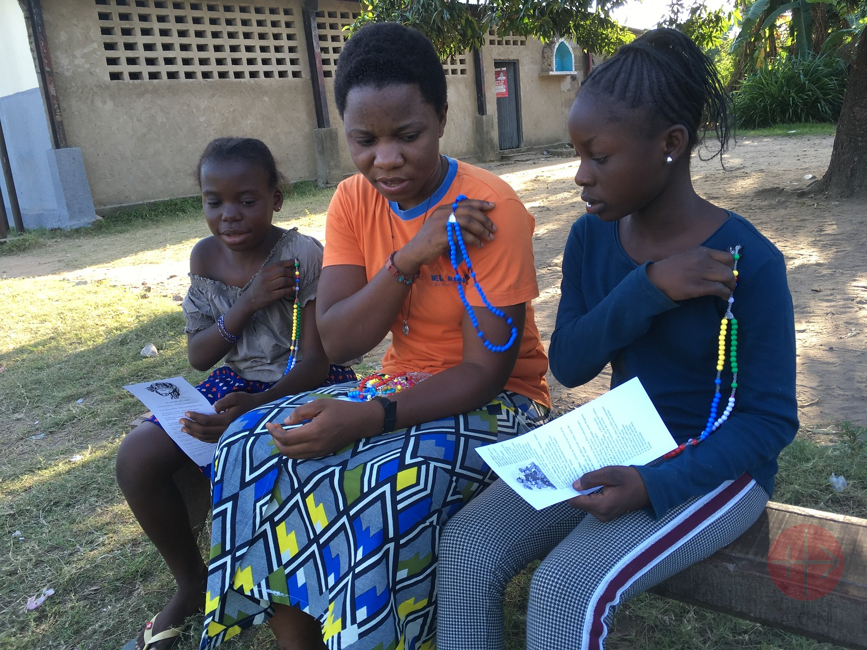 Congo aspirante reza el rosario con niños