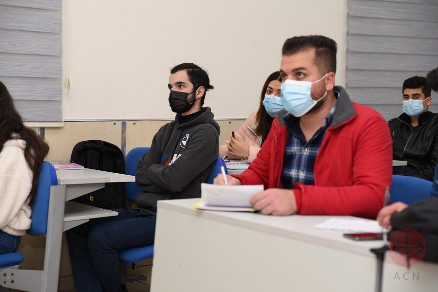 Irak jovenes en clases en la u católica de erbil web