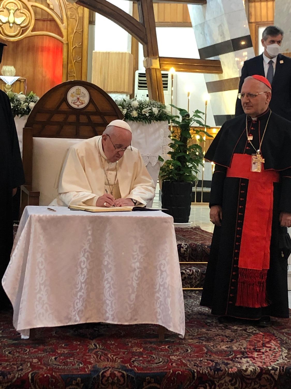 Irak viaje papal Pope Francis in the Sayidat al-Nejat Cathedral in Baghdad con cardenal Sako