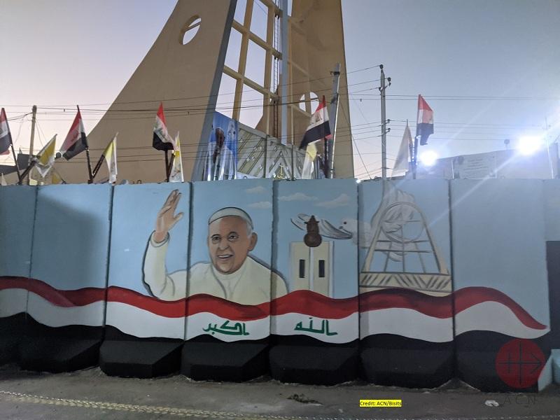 Irak viaje papal muro para proteger iglesia con imagen papal web
