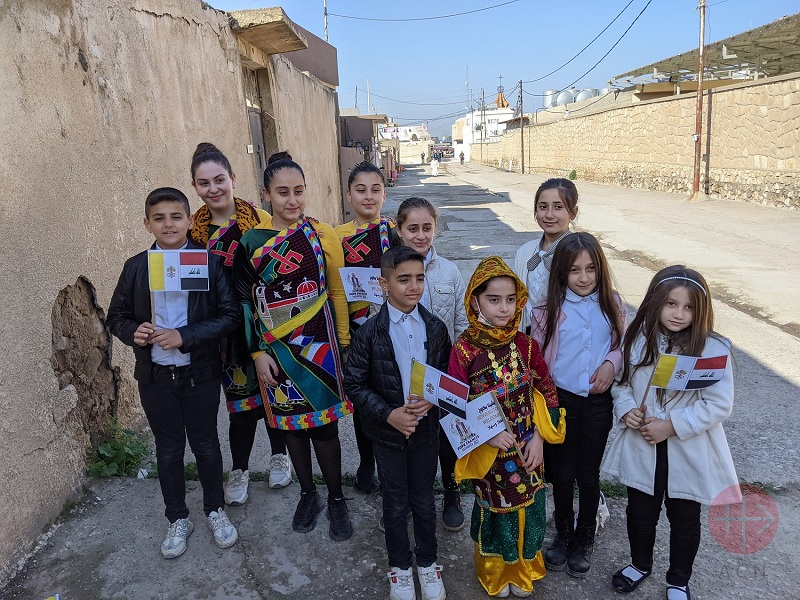 Irak viaje papal niños en traje tipico web