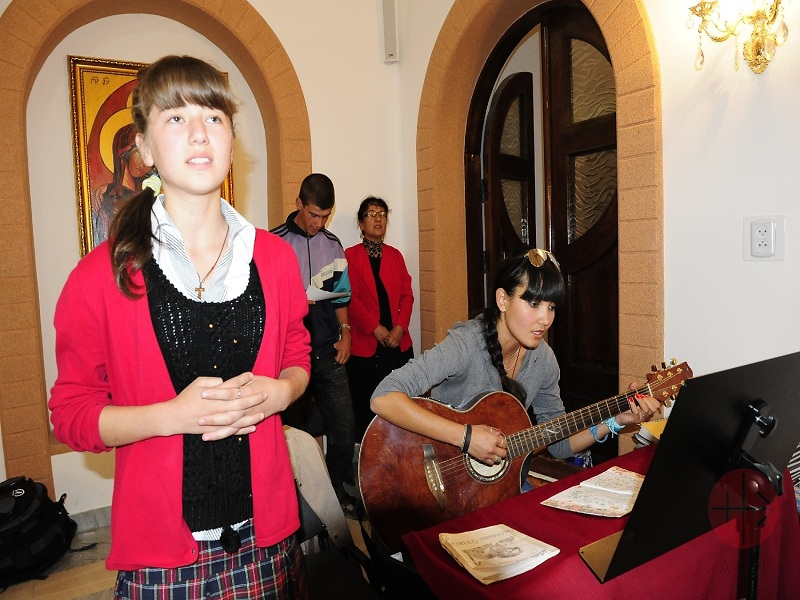 Kirguistán chicas ensayan el coro web