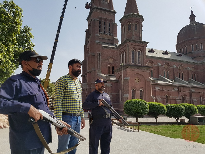 Pakistán Wiliam Arif Khan and security guards at Sacred Heart Cathedral in Lahore web