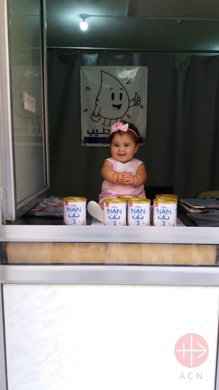 Siria gota de leche gua sentada en mostrador