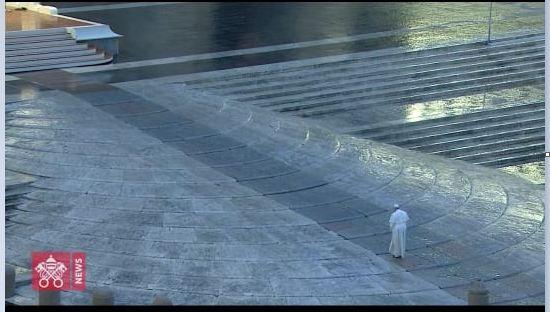 marzo 2020 papa sube escalinata