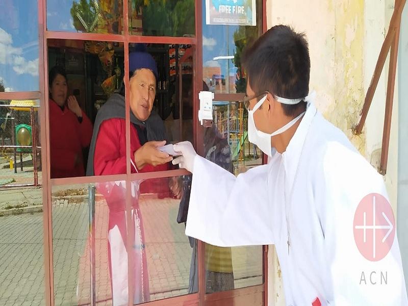 Bolivia El Alto seminarista con mascarilla hace visitas web