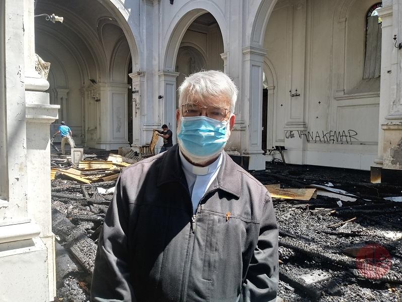 Chile padre pedro narbona con mascarilla en la iglesia web