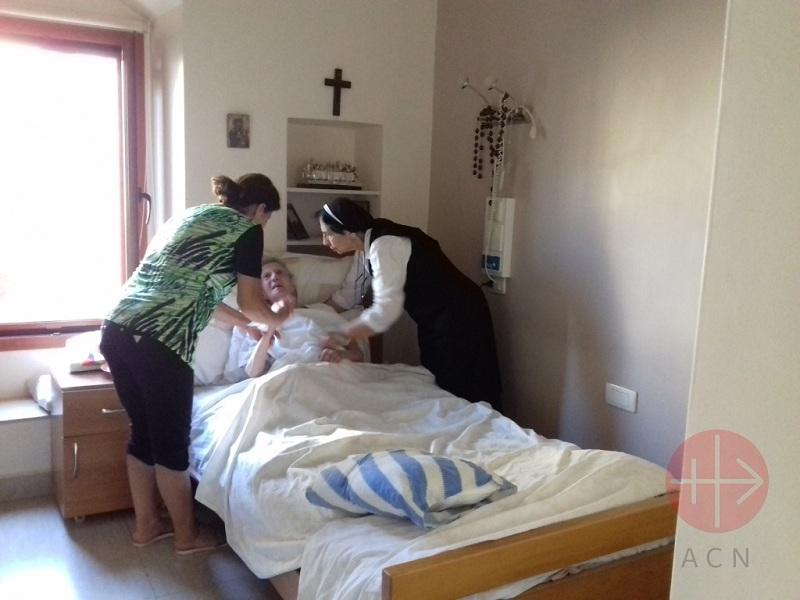 Líbano arreglando la cama a una religiosa enferma web