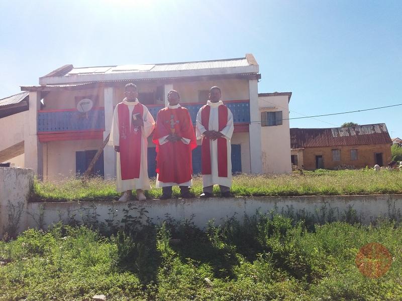Madagascar sacerdotes frente a su nueva casa web