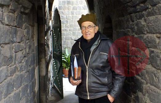 Siria padre hans vestido de negro