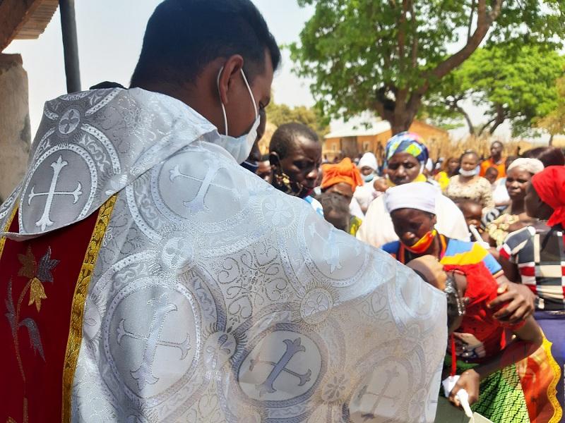 Zambia Chipata celebrando Misa con mascarilla web