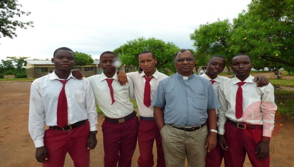 Zambia Chipata estudiantes con sacerdote