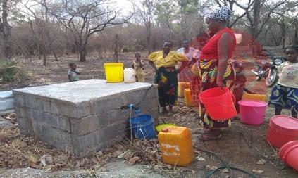 Zambia Chipata sacando agua del pozo