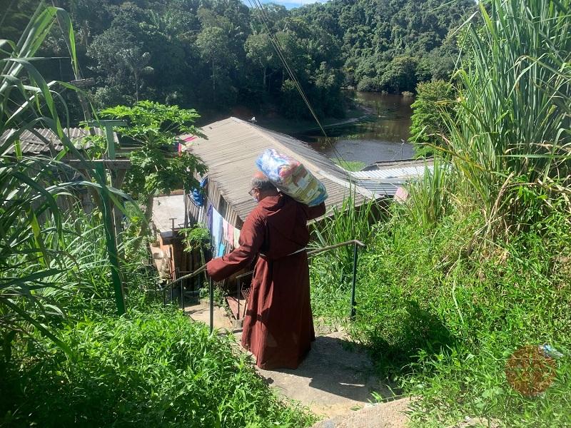 Brasil Manaos fraile llevando comida al hombro por escaleras web