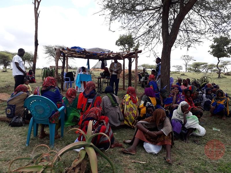 Etiopía misa en improvisado techo web
