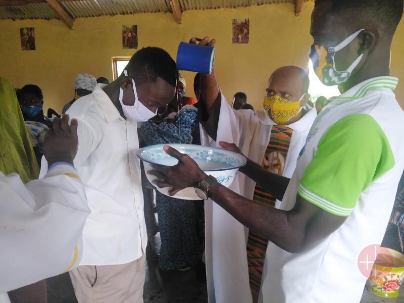Ghana Jasikan padre Robinson bautizando web