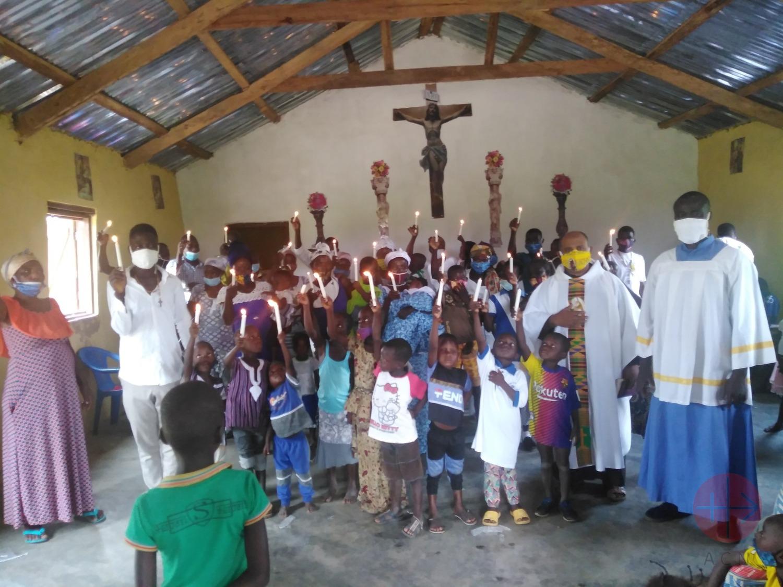 Ghana Jasikan padre Robinson en la misa de bautizos