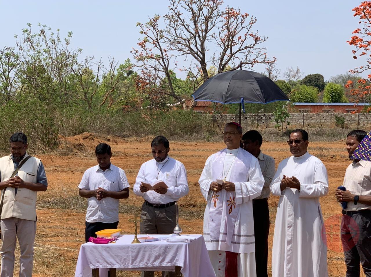 India Khunti ceremonia primera piedra concelebrantes
