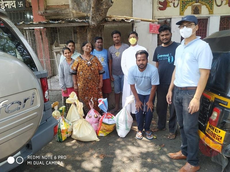 India corona virus gente repartiendo bolsas web