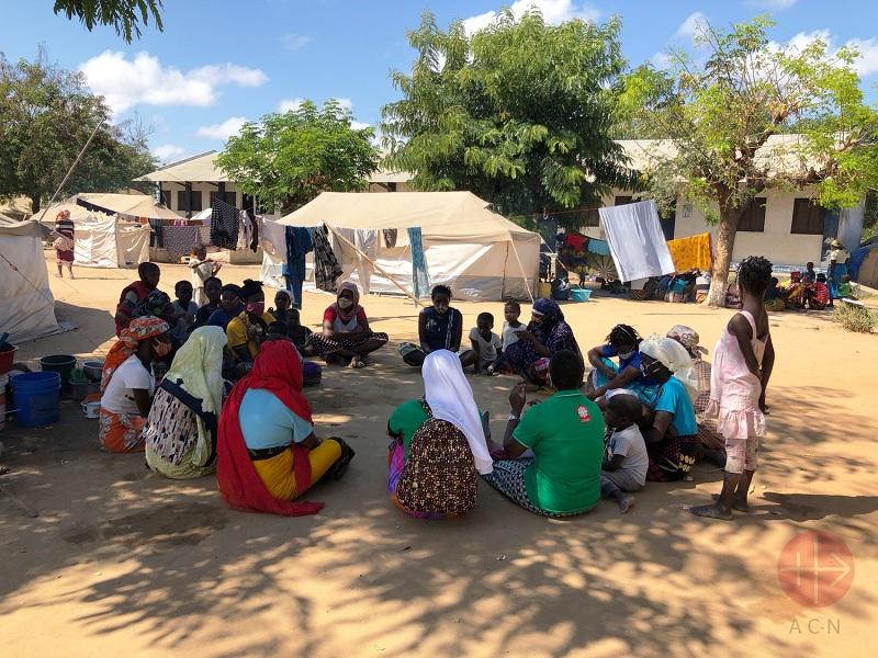 Mozambique carpas y personas organizadas en circulo web