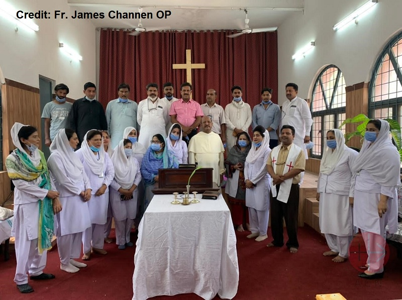 Pakistán Fr. James Channen with nurses and other staff in the chapel web