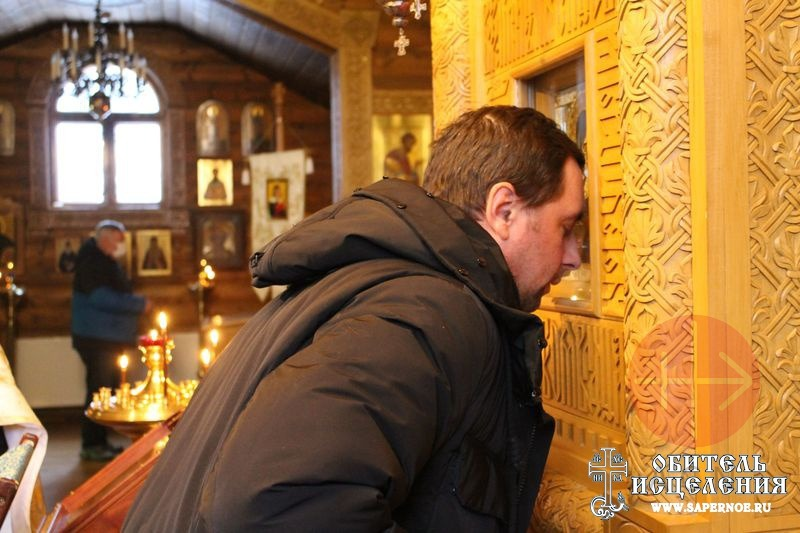 Rusia centro de rehabilitación rezando junto a icono