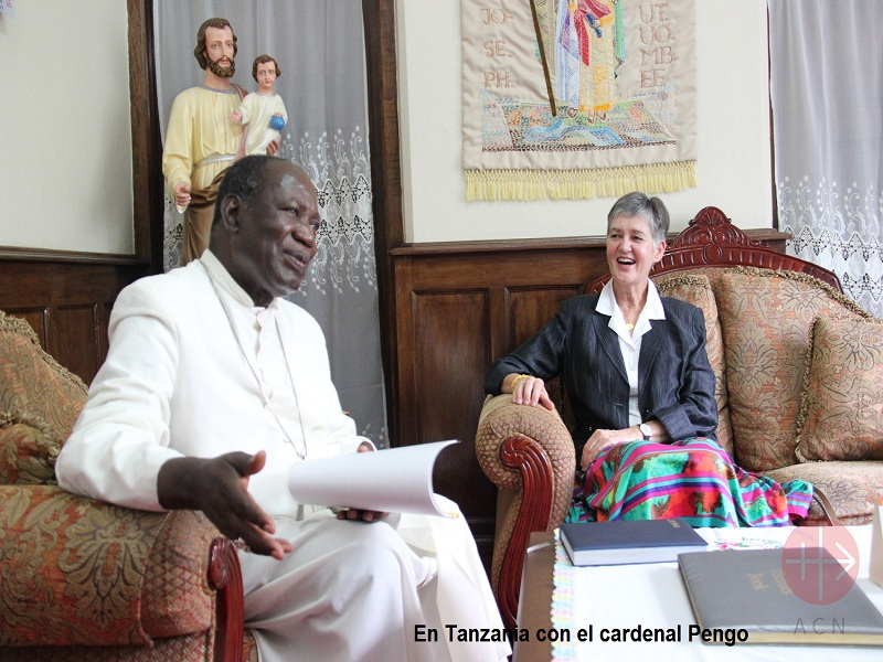 Christine en Tanzania con el Cardinal Pengo web