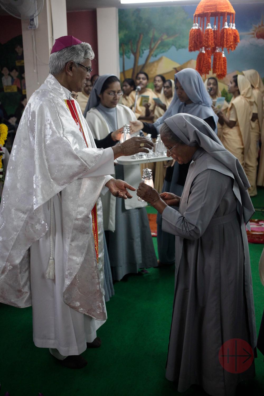 India obispo da comunión a religiosas