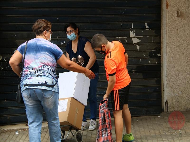 Líbano Beirut personas trasladan cajas de comida en una yegua web