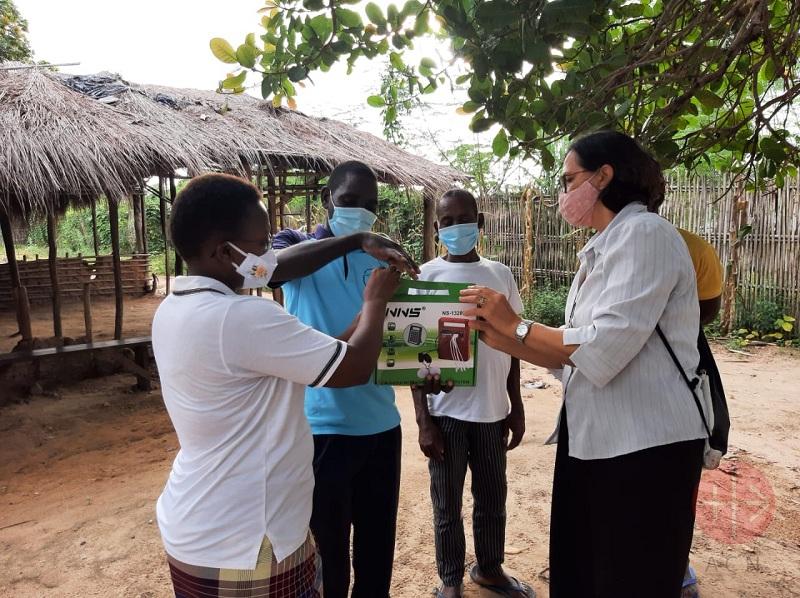 Mozambique familia recibe radio portátil web