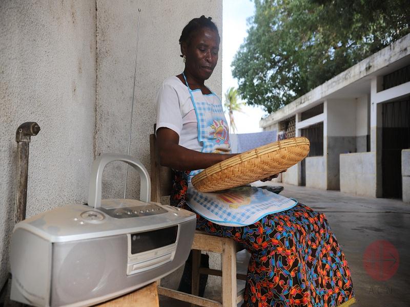 Mozambique mujer escuchando radio web