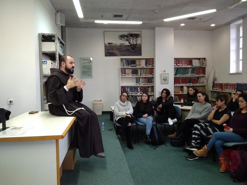 Tierra Santa franciscano haciendo clases web